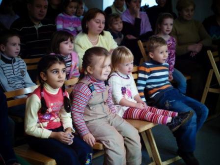 Совсем маленькие девочки и мальчики исполнили одну песню на латинском
